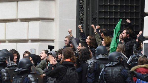 Des militants écologistes envahissent Black Rock, 17 interpellations !
