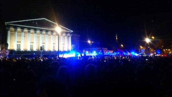 Non au 49.3 ! Plus d'un millier de manifestants devant l'Assemblée
