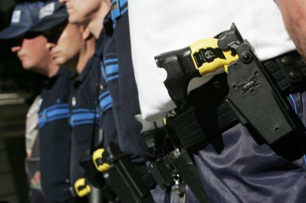 Violences policières : un homme meurt après avoir reçu deux tirs de Taser
